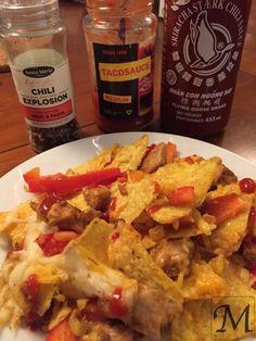 Nachos laves i et stort fad, hvor alle kan nippe fra. Kyllingen steges på en pande og tilsættes enten en købt krydderiblanding eller langt bedre og billigere vores hjemmelavede burrito krydderiblanding. Hele opskriften på en nem omgang nachos finder du lige her.   #burrito #chili #krydderiblanding #kylling #nachos #snackpeber #snacks