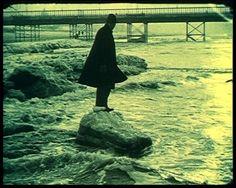 """Fiona Tan """"News from the near future"""" (2003) (image extraite de la vidéo). Proposé par le FRAC Provence-Alpes-Côte d'Azur, à découvrir en gare de la Ciotat."""