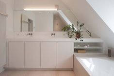 Bathroom Faucets: Your Will Need More Than One Faucet to Change the Look of Your Bathroom! Attic Bathroom, Bathroom Spa, Bathroom Toilets, White Bathroom, Bathroom Faucets, Bad Inspiration, Bathroom Inspiration, Wall Cupboards, Timeless Bathroom