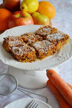 W skład ciasta wchodzą same zdrowe i smaczne składniki tj. orzechy, suszone owoce czy marchewka, które pozytywnie wpływają na nasze zdrowie. Nie można pominąć tego, że ciasto smakuje wybornie, a nie ma w nim ani grama cukru, jajek, mąki pszennej czy mleka krowiego !
