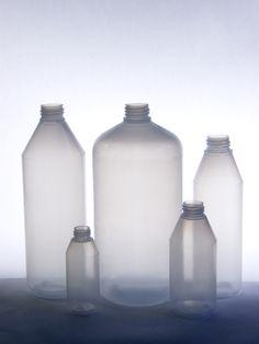 Suomessa valmistetut erikokoiset pullot! Pienin pullomme on 50 ml ja suurin 2 L!  Made in Finland Art Gallery, Wall Lights, Lighting, Bottle, Glass, Home Decor, Art Museum, Appliques, Decoration Home
