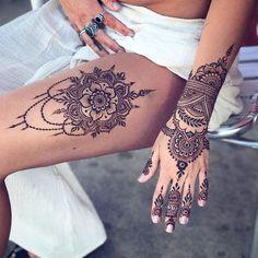 tattoo henna mandala on the thigh and patterns on the hand . Henna Tattoo Designs, Henna Tattoo Foot, Thigh Henna, Mädchen Tattoo, Tattoo Bein, Foot Tattoos, Body Art Tattoos, Henna On Leg, Tattoo Thigh