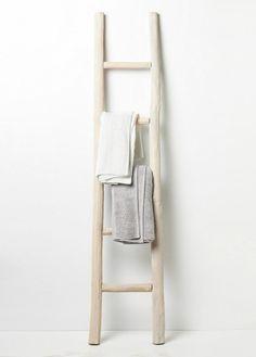 Möbel - Wooden towel ladder in both rustic as well as in modern bathroom Bathroom Ladder, Bamboo Bathroom, Rustic Bathrooms, Modern Bathroom, Bathroom Ideas, Bamboo Ladders, Scandinavian Interior, Scandinavian Bathroom, White Wood