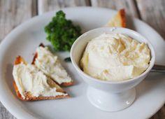 Вкуснейший крем-сыр «Филадельфия» является основным ингредиентом многих блюд, к примеру, он используется для приготовления роллов, суши, сэндвичей и даже сладкой выпечки. Заменить этот сыр в блюдах невозможно, так как его вкус ни с чем не может сравниться. Цена на него высокая, и он есть в наличии не в каждом магазине. Поэтому мы предлагаем тебе приготовить