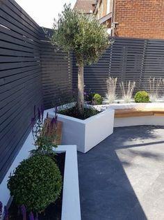 Contemporary Fencing, Contemporary Garden Design, Backyard Patio Designs, Backyard Landscaping, Grey Fence Paint, Patio Fence, Cedar Fence, Small Back Gardens, Modern Fence Design