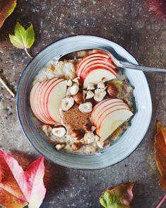 Müsligrød er uhyre simpelt at bikse sammen, og så smager det bare helt vildt skønt og efterårsagtigt. Den perfekte morgenmad på kolde morgener!
