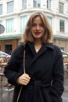 French influencer and copywriter Camille Yolaine shares her top elegant French coat choices with Parisian Vibe. French Haircut, Jeanne Damas, Corte Y Color, Girl Fashion, Fashion Outfits, Paris Mode, Mein Style, Good Hair Day, How To Pose