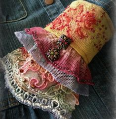 Artisanats Denim, Denim And Lace, Sewing Crafts, Sewing Projects, Denim Crafts, Altered Couture, Diy Clothing, Bohemian Clothing, Vintage Fabrics