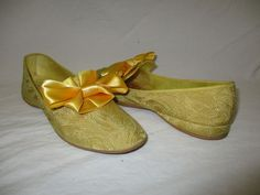Vintage Daniel Green USA Gold Brocade Bow Slippers Size 6 1/2 #DanielGreen #Slippers