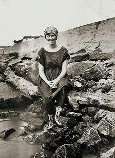 Taken in front of Galveston Sea wall 1919 --survivor of the terrible 1900 hurricane 1900 Galveston Hurricane, Texas Hurricane, Hurricane History, Galveston Texas, Galveston Island, Vintage Beach Photos, San Francisco Earthquake, Texas History, Black And White