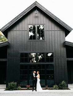 Black Barn Wedding Inspiration barn wedding Fashion-Forward Wedding Inspiration at Spain Ranch's Black Barn - Green Wedding Shoes Black Barn, White Barn, Green Barn, Black On Black, Black Home, Matte Black, Modern Barn, Modern Farmhouse, Texas Farmhouse
