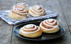 God torsdag! Er du glad i gjærbakst? Det veit eg vertfall at mange av leserene mine er, og til dere har eg laga luftige, saftige skillingsboller av den sunnere varianten! Eller kanskje du kaller det kanelboller, kanelsnurrer eller kanel i svingane? Eg veit desse bollane har mange navn… Uansett, bollaneer uten tilsatt sukker, litt magrere, … Healthy Recipes, Healthy Food, Cheesecake, Muffin, Breakfast, Desserts, Healthy Foods, Morning Coffee, Tailgate Desserts