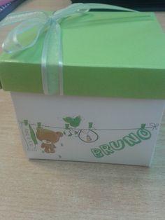 Recuerdo de Nacimiento en forma de caja con toalla y jabones de mano en forma de piecitos.