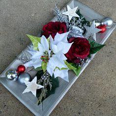 Vánoční hvězda s bordo růžemi na dřevěném tácu Christmas Wreaths, Christmas Decorations, Table Decorations, Poinsettia, Gift Wrapping, Flowers, Gifts, Home Decor, Christmas Swags