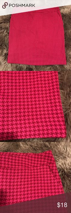 .:MERONA CAREER PENCIL SKIRT, 12:. EEUC pencil skirt, size 12. Has pockets that are still sewn shut & a tiny slit in the back. Wool feeling on the outside but a lighter weight silky material on the inside. This is going to be great for fall & winter with leggings or hose. Bright pink & cranberry will pair great with a black top or jacket & heels or flats! Happy poshing! Merona Skirts Pencil
