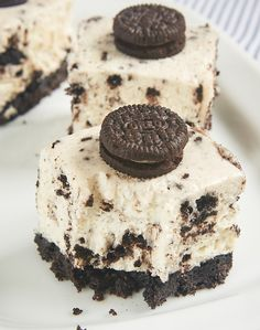 Oreo lovers will be in dessert heaven with these Cookies and Cream Cheesecake Bars. A cookie crust, a simple no-bake cheesecake, and lots of Oreos make these a sure crowd-pleaser! - Bake or Break ~ ht(Bake Cheesecake Slice) Brownie Desserts, Mini Desserts, No Bake Desserts, Just Desserts, Delicious Desserts, Dessert Recipes, Cookies And Cream Cheesecake, No Bake Oreo Cheesecake, Cheesecake Cupcakes