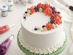 comment faire un glacage, gâteau ganache blanc avec décoration de glaçage au beurre coloré, façon fleurs