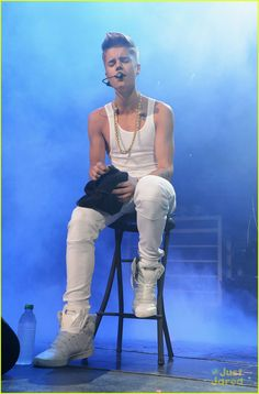 Justin bieber trys his best Justin Bieber Believe, Justin Bieber Style, Justin Photos, Believe Tour, Hollywood Celebrities, White Tank, Man Crush, Hot Boys, Pretty People