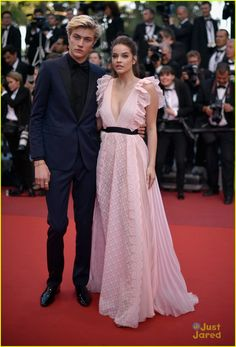"""Models Lucky Blue Smith and Barbara Palvin attend the """"Julieta"""" premiere during the annual Cannes Film Festival at the Palais des Festivals on May 2016 in Cannes, France. Erstklassige Nachrichtenbilder in hoher Auflösung bei Getty Images Lucky Blue Smith, Blue Bridesmaid Dresses, Prom Dresses, Wedding Dresses, Teen Vogue, Cannes Film Festival, Look Boho, Festival Fashion, Festival 2016"""