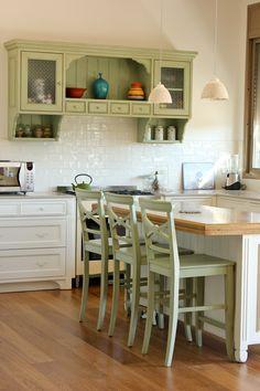 מטבח בסגנון כפרי מעץ מלא עם ארונית עליונה בגוון ירוק פרובאנס