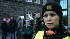Los agentes policiales en el Reino Unido, Islandia, Nueva Zelanda, Irlanda y Noruega no llevan armas de fuego al realizar labores de patrulla. Todos estos países tienen tasas de criminalidad inferiores a las de EE.UU., que cuenta con uno de los servicios policiales más armados del mundo.
