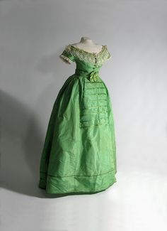 """""""Emerald Green"""" dress colored with arsenic copper, English or French (c. (Collection of Glennis Murphy, photograph Arnold Matthews) This dress also has a day bodice and is currently on display at the Bata Shoe Museum's Deadly Fashion exhibit in Toronto. Vintage Outfits, Vintage Gowns, Retro Mode, Vintage Mode, Antique Clothing, Historical Clothing, Women's Clothing, Victorian Fashion, Vintage Fashion"""
