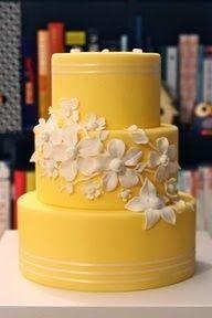 Un pastel de bodas todo amarillo con flores blancas. Delicioso! | From Eat Cake Be Merry. Fabulous yellow wedding cake! http://eatcakebemerry.com