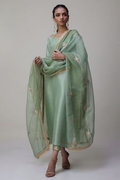 Stylish Dress Designs, Stylish Dresses, Stylish Suit, Indian Designer Outfits, Indian Outfits, Green Suit Women, Pakistani Dresses, Pakistani Kurta, Anarkali