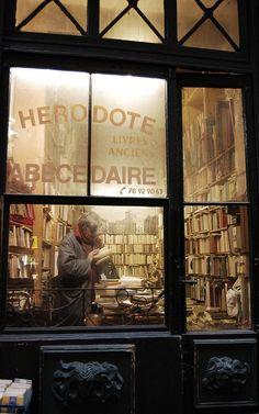 Vintage French bookshop (Messy Nessy Chic)