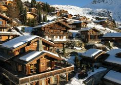 Some famous attractions and a brief overview of Verbier, Switzerland, one of the most exclusive and glamorous ski destinations in the Alps. Best Places To Travel, Cool Places To Visit, Ski Europe, Best Ski Resorts, Wanderlust Travel, Austria, Places Ive Been, Architecture, Skiing