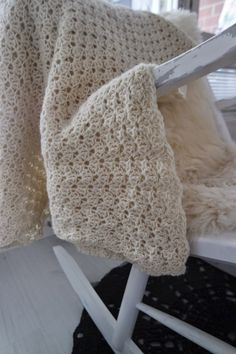 List of attractive matto virkattu ohje ideas and photos Learn How To Knit, How To Make, Knit Crochet, Crochet Hats, Crochet Ideas, Sweet Violets, Merino Wool Blanket, Tatting, Diy And Crafts
