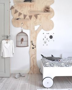 Rafa toddler bed and tree shelf in a cute kid's room