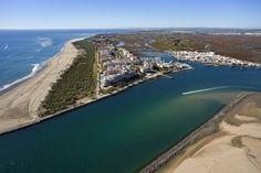 Playa de Isla Canela, Huelva, Andalucía En el sur de España, en Andalucía pero a pocos quilómetros de Portugal está la playa de Isla Canela. A pesar de su nombre la isla no es una isla en el mar, sino que más bien está en la desembocadura del río Guadiana, entre marismas, caños, arenales y dunas. La zona de alrededor de la playa y la cercana ciudad de Huelva son muy populares entre los locales y los portugueses. Aunque su principal atractivo es esta larga playa de arena dorada de 7…