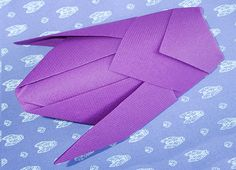 Pliage de serviette de table en forme de cigale, réaliser une cigale avec une serviette en papier , l'art du pliage de serviettes de table, decoration de table, recettes de cuisine et traditions en Europe. Information et Tourisme Européen.
