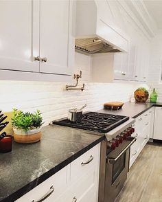 It's Friday! I'm headed to a cooking class with @mandyandsuch and I'm really looking forward to it. I'd probably cook a lot more frequently if my kitchen looked like this beauty from @graystonecustombuilders! Or at least that's the theory on why I need an updated kitchen  #cremeomaha