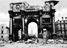Das teilzerstörte Siegestor Timeline Classics/Timeline Images #1944 #Luftangriff #Bombadierung #Destruction #Bombing #Munich #Schutt