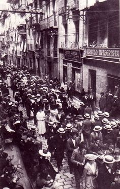 Walking down Estafeta Street, San Fermin Festival, Pamplona, 1917 - look at all those hats San Fermin Pamplona, Bilbao, Spain Pilgrimage, Running Of The Bulls, Modernisme, World Cities, Old City, Old Pictures, Athens