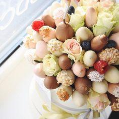 Шляпная коробка с клубникой в шоколаде в такой коробке около 80 клубник, количество зависит от цветов и размера клубники. Стоимости такого букета 4000р, заказать можно минимум за два дня.