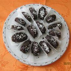 TÂMARAS RECHEADAS À MODA DE ESRAEL -Sobre a receita: Essa receita de tâmaras recheadas e cobertas por chocolate, veio direto de Israel, através de um vizinho meu. É fácil e del...