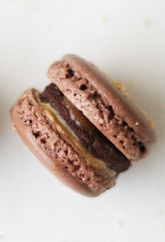 Opskrifter fra Chocolat.dk: Macarons er sprøde på ydersiden, lidt seje inden i, har cremet fyld og en skøn kombination af farve og smag.