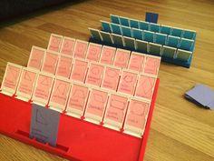 Arvaa kuka -pelin uusi elämä matematiikan tunneille. Kuvioiden tilalle voisi laittaa myös lukuja, jolloin voi arvuutella pienempi/suurempi, parillinen/pariton jne.IDEA: Nelli Hirvensalo/FB/Alakoulun aarreaitta https://www.facebook.com/photo.php?fbid=422317307962576&set=pcb.921280174630971&type=3&theater