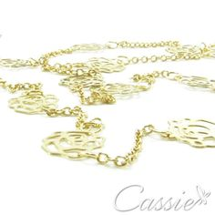 Colar comprido com detalhes de flores vazadas, folheado a ouro. Delicado e na moda, combina com qualquer look. Lembrando que compras acima de R$ 150,00 o frete é grátis. Cadastre-se em nosso site e ganhe 10% de desconto!!! www.cassie.com.br #cassie #semijoias #instamoda #instafashion #good #trends #estilo #love #beautiful #girl #picoftheday