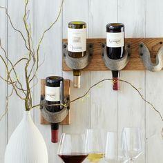 weinständer-holz-weiße-wand- dekorative pflanze - Weinregal selber bauen – 27 kreative Vorschläge