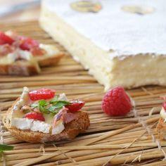 Tartines de Brie de Meaux AOP, bacon et framboises Fromage Aop, Feta, Camembert Cheese, Artisan, Bacon, Sweet, Passion, Cooking Recipes, Candy