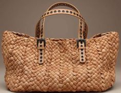 """The"" sac en paille par Bottega Veneta Beautiful Handbags, Beautiful Bags, Trend Fashion, Fashion Bags, My Bags, Purses And Bags, Ethno Style, Basket Bag, Summer Bags"