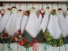 em tecido atoalhado branco, com barrado estampado motivo natalino, passa fita e enfeite retirável com motivos diversos (papai noel, urso, boneco de neve).  Lindo modelo para decorar o cantinho da sua cozinha. As cores e combinações serão escolhidas de acordo com o nosso estoque. Consulte-nos que ...