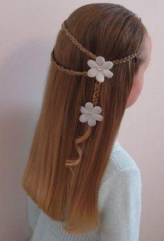 Coiffure de cérémonie pour petite fille : coiffure indienne, petites tresses et fleurs blanches