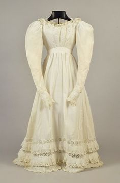 1820 - White cotton dress with broderie anglaise Cotton Skirt, Cotton Dresses, Regency Gown, Show White, Historical Clothing, Historical Costume, White Gowns, Fashion Plates, Day Dresses