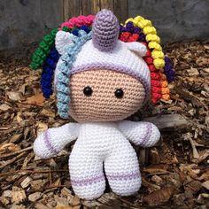 """Deze knuffel """"Big Head Doll – Unicorn"""" is ontzettend zacht, schattig en heeft een ontzettend hoge knuffelfactor, de ideale knuffel voor uw kindje. Deze knuffel wordt gehaakt met liefde en passie. Ook andere kleuren zijn mogelijk, stuur ons dan gerust een bericht. Bestel tijdig, handwerk vraagt best wel wat tijd :-) info@vanvie.be 0472/464 030 Crochet Hats, Knitting Hats"""