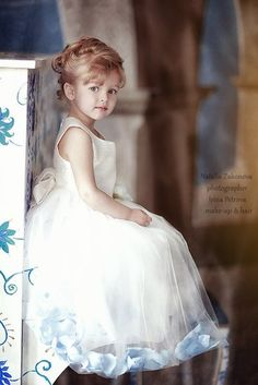 White Tulle Flower Girl Dress with maybe with dusty pink rose petals Precious Children, Beautiful Children, Beautiful Babies, Young Fashion, Kids Fashion, Anna Pavaga, White Tulle, Baby Kind, Stylish Kids